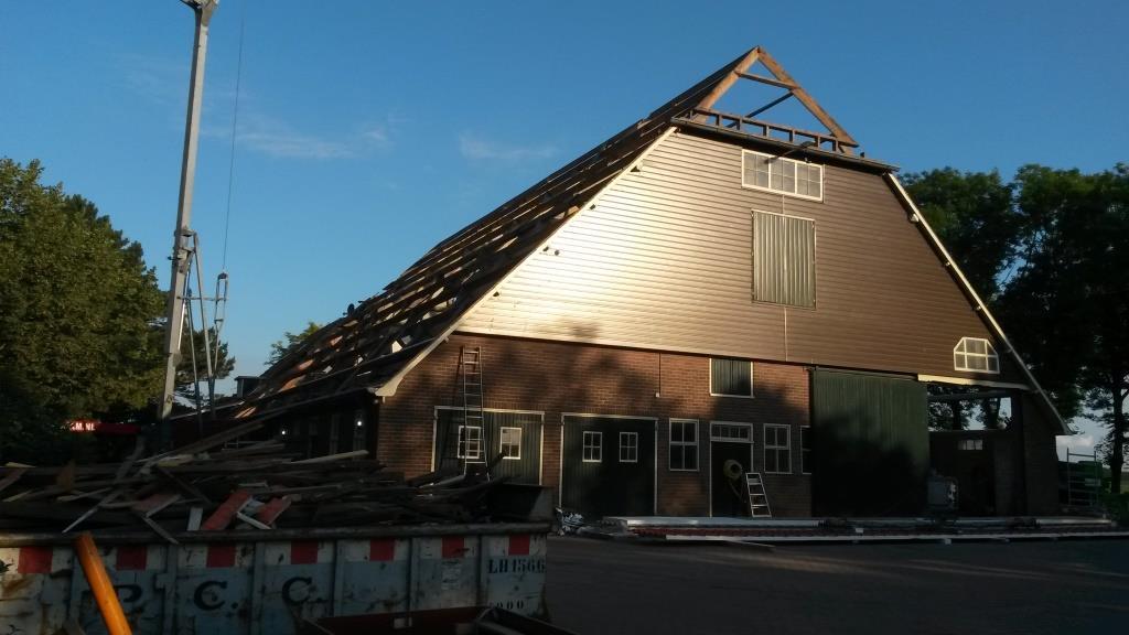 1 Dakrenovatie Sandwichdakpanplaat Rooftile Terracotta schuur Wieringerwerf