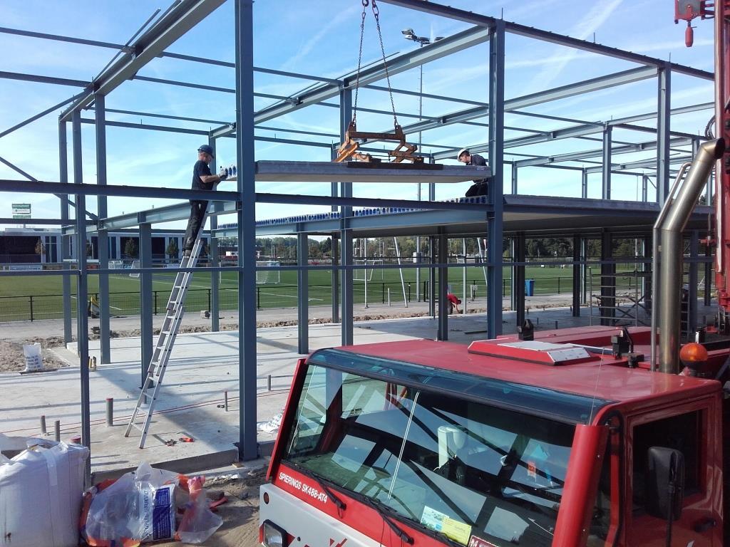 https://vlaar-bouw.nl/cms/wp-content/uploads/2015/09/13Nieuwbouw-clubgebouw-kanaalplaat-verdiepingsvloeren-staalconstructie-FC-Amsterdam.jpg